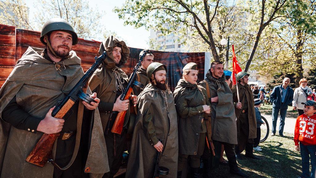 День Победы во Владимире: горожане надели очки виртуальной реальности и встретили солдат с фронта