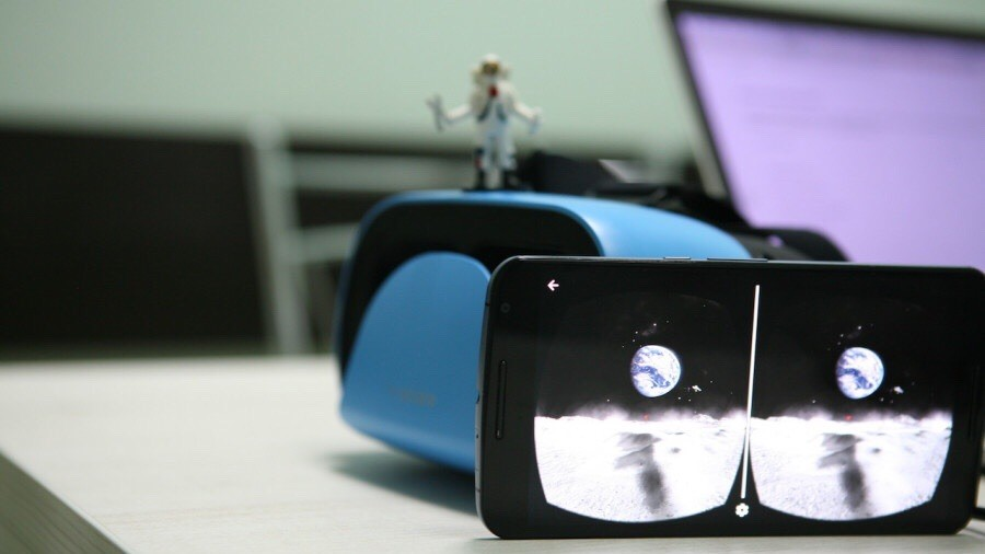 Космонавты на МКС в очках виртуальной реальности
